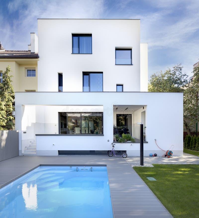 Swimmingpool Am Garten Des Familienhauses Stockfoto - Bild von haus ...