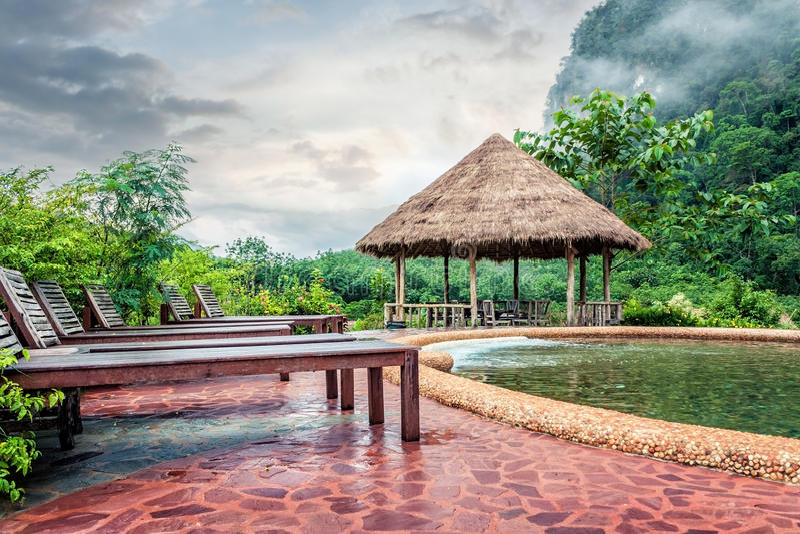 Swimmingpool am Hügelberg stockbild