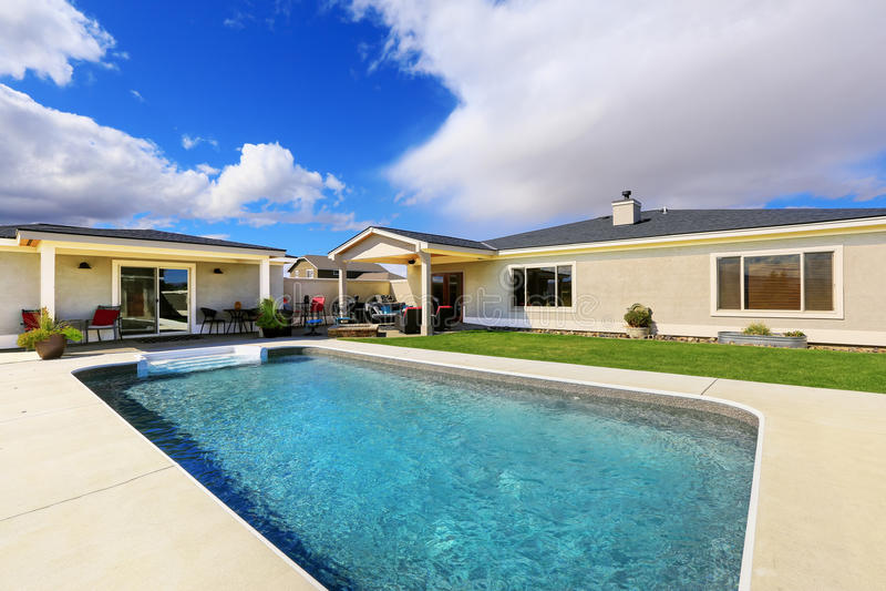 Swimmingpool am Hinterhof des Luxushauses lizenzfreies stockbild