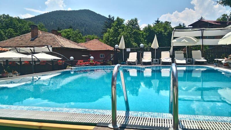 Swimmingpool im Berg stockfoto