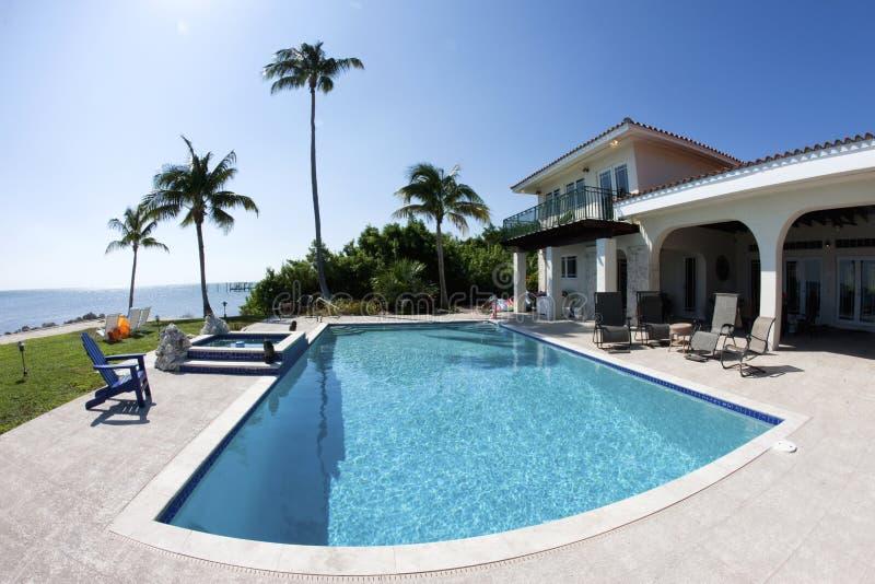 Swimmingpool im Florida lizenzfreie stockfotografie