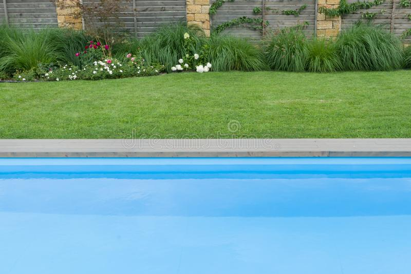 Swimmingpool im Freien auf privatem Wohnsitz, Rasen, Garten stockbilder