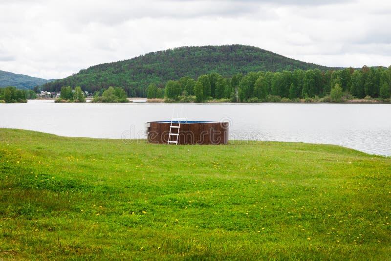 Swimmingpool im Freien in der Natur stockfoto