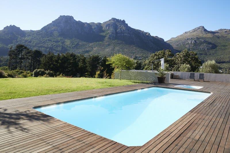 Swimmingpool im Freien umgeben mit hölzernem Decking lizenzfreie stockfotos