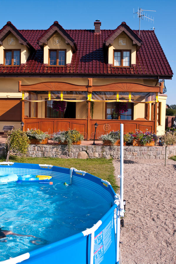 Swimmingpool im Garten stockbilder