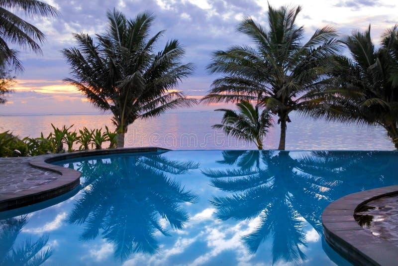 Swimmingpool im tropischen Erholungsort bei Sonnenaufgang lizenzfreies stockbild