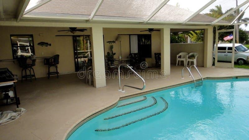 Swimmingpool innerhalb des Hauses lizenzfreie stockbilder