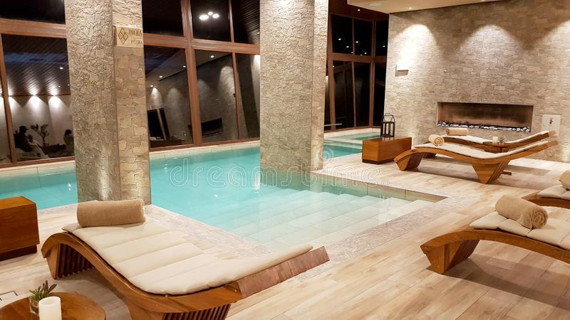 Swimmingpool innerhalb des herrlichen Hotels 'Palacio de Sal 'am Eingang Salar de Uyunis, Bolivien lizenzfreie stockfotos