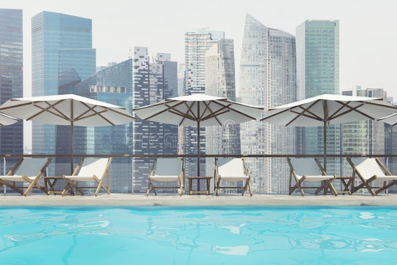 Swimmingpool, Klappstühle, Regenschirme, Stadt, vorder lizenzfreie abbildung