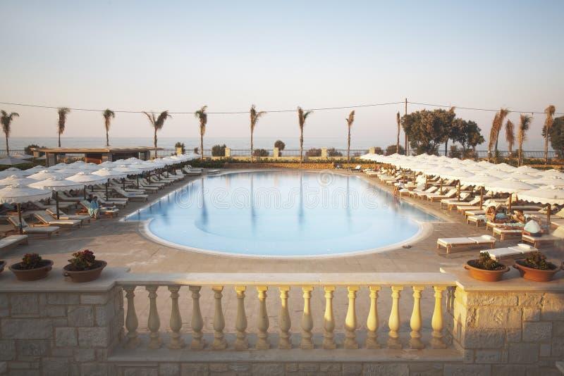 Swimmingpool in Kreta lizenzfreies stockbild