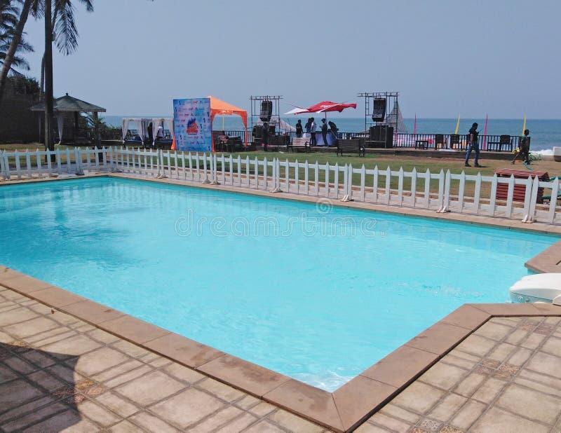 Swimmingpool, La Cabanaerholungsort, Nord-Goa, Indien lizenzfreies stockbild