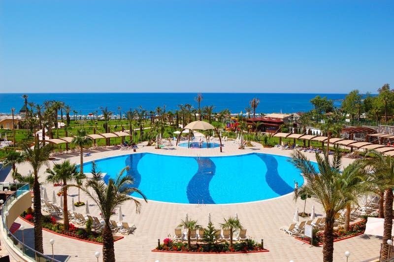 Swimmingpool am Luxushotel lizenzfreies stockbild