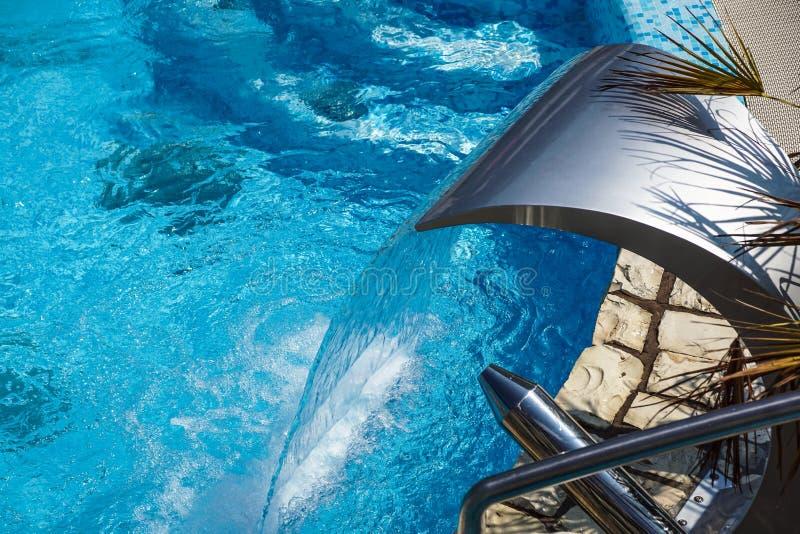 Swimmingpool mit Brunnen am Hotelabschluß oben stockfoto