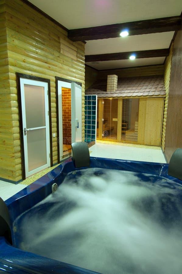 Swimmingpool mit Jacuzzi lizenzfreie stockfotografie