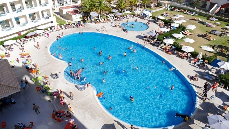 Swimmingpool mit Leuten - Feiertagskonzept stockfoto