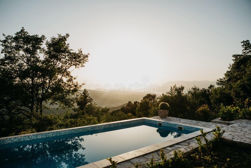 Swimmingpool mit Panoramablicken lizenzfreie stockfotos