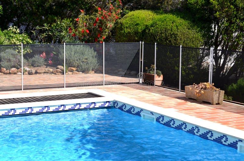 Swimmingpool mit Sicherheitszaun lizenzfreie stockfotografie