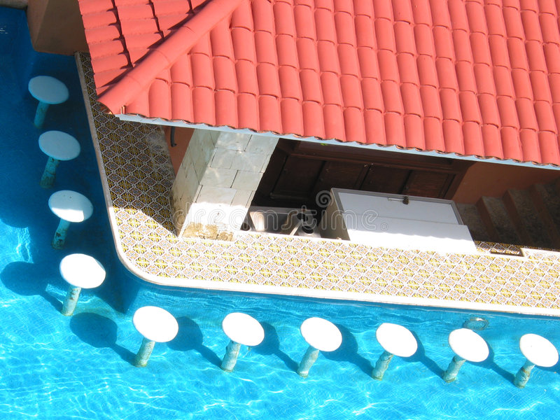 Swimmingpool mit Stab-Schemeln lizenzfreies stockbild