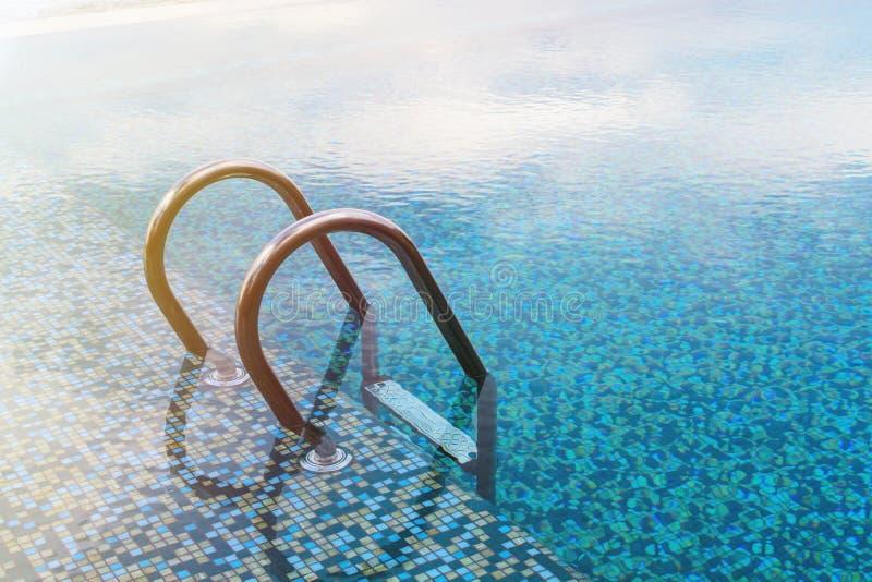 Swimmingpool mit Treppe lizenzfreie stockbilder