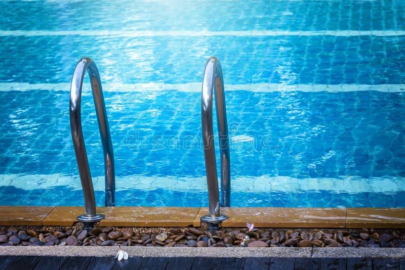 Swimmingpool mit Treppe lizenzfreies stockfoto