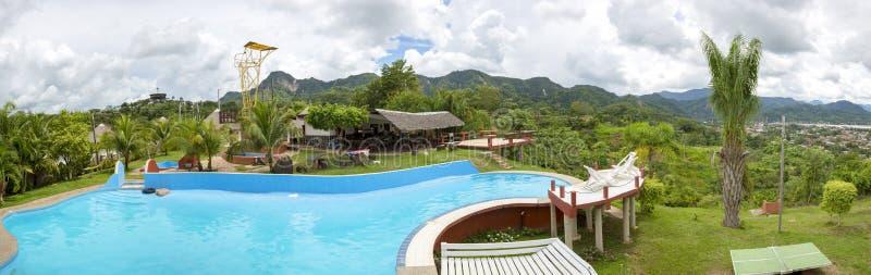 Swimmingpool mit tropischen Bergen von Rurrenabaque stockbilder