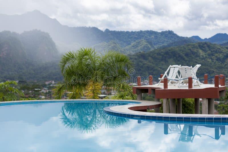 Swimmingpool mit tropischen Bergen von Rurrenabaque lizenzfreie stockfotos