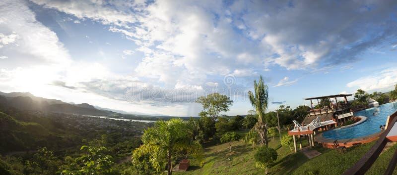 Swimmingpool mit tropischen Bergen von Rurrenabaque lizenzfreies stockbild