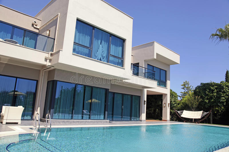 Swimmingpool am modernen Luxus-Resort-Landhaus, Belek, die Türkei stockfotografie