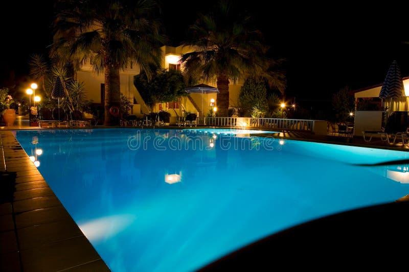Swimmingpool nachts lizenzfreie stockfotografie