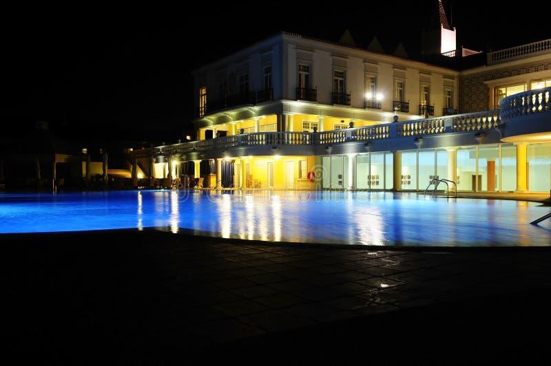 Swimmingpool nachts stockfotos