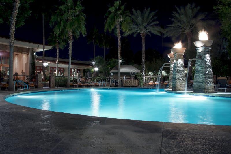 Swimmingpool nachts stockbild