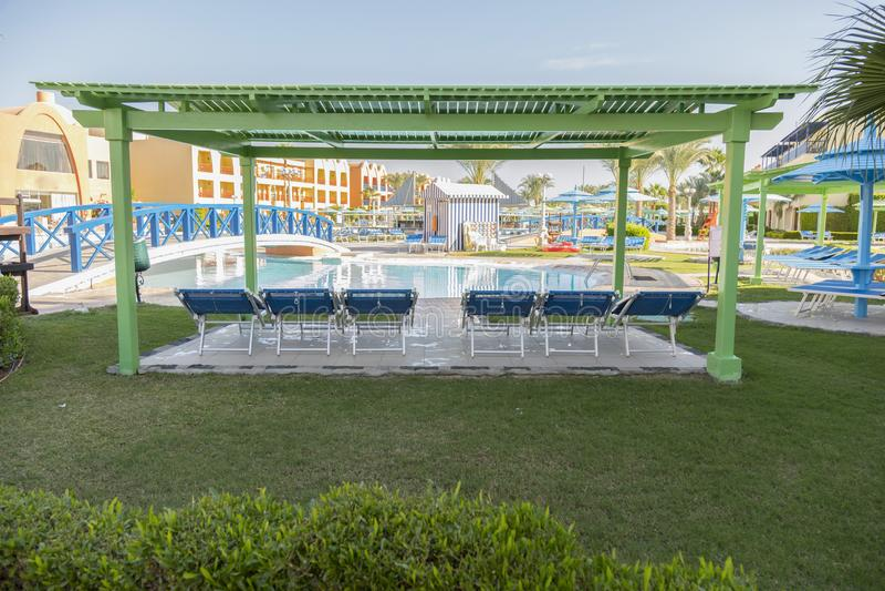 Swimmingpool nahe Luxuslandhaus Sonnige Sommerreiseferien stockfotos