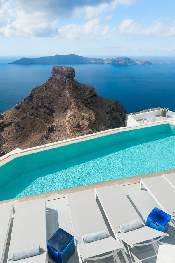 Swimmingpool nahe Skaros-Felsen auf Santorini Griechenland stockbild