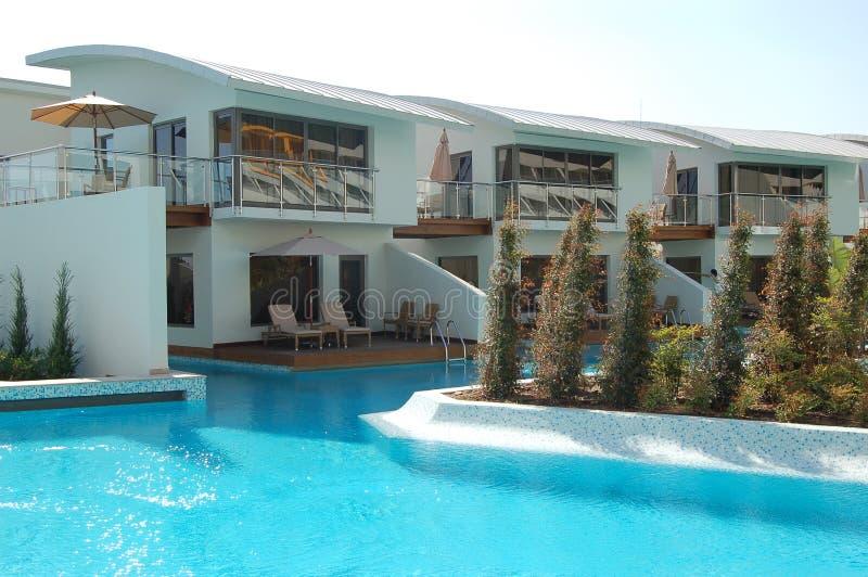 Swimmingpool nahe VIP-Landhäusern stockfotografie