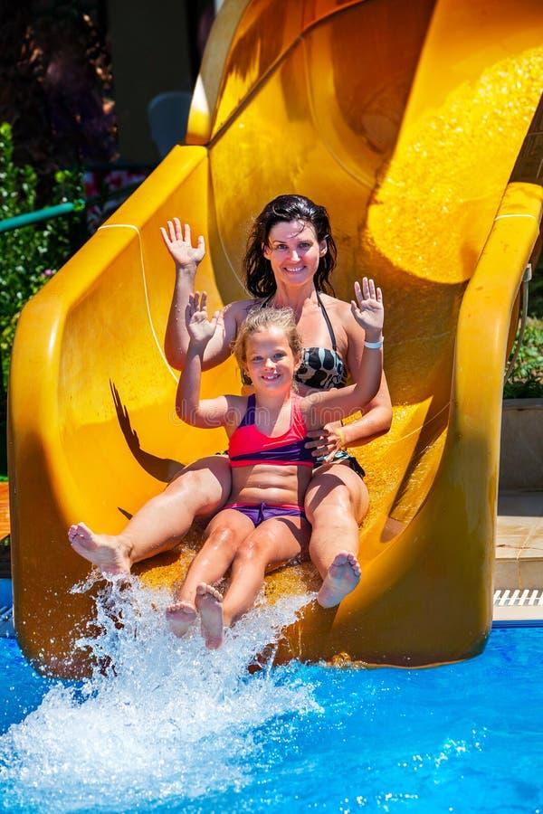 Swimmingpool schiebt für Familie mit Kindern auf Wasserrutschen am aquapark stockfotografie