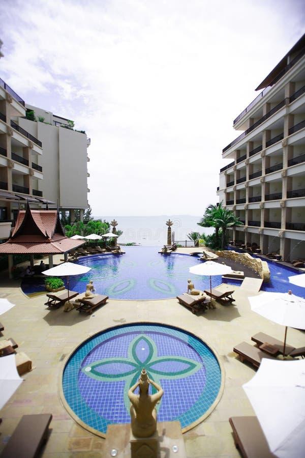 Swimmingpool, Sonnenruhesessel Seeansicht, Pagode, blauer Himmel stockbild
