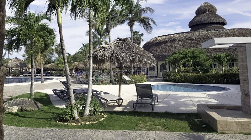 Swimmingpool, sunbeds und Architektur eines exklusiven Erholungsortes lizenzfreie stockbilder