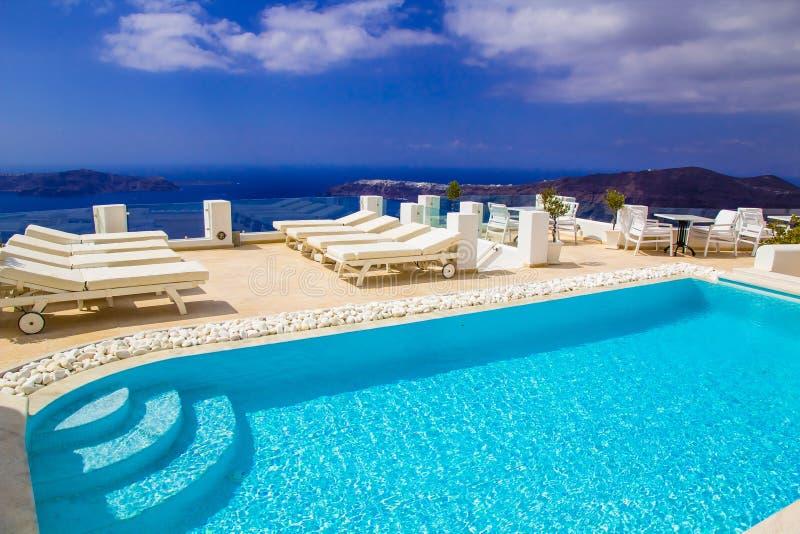 Swimmingpool surpreendente com opinião do caldera na vila de Imerovigli, Santorini foto de stock royalty free