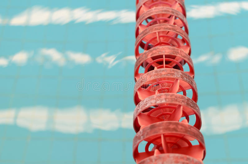 Swimmingpool und Abschluss herauf Wege stockbild