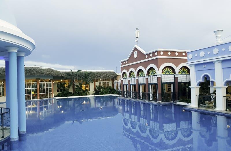 Swimmingpool und Architektur eines exklusiven Erholungsortes in Varadero lizenzfreie stockfotos