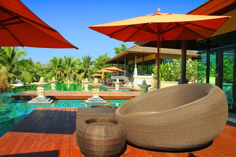 Swimmingpool und Bali-Art stockfoto