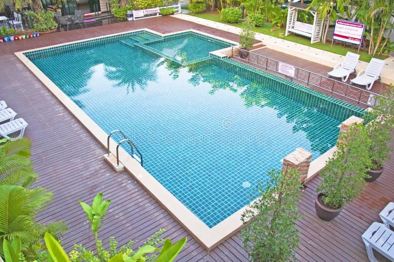 Swimmingpool und Garten lizenzfreies stockbild