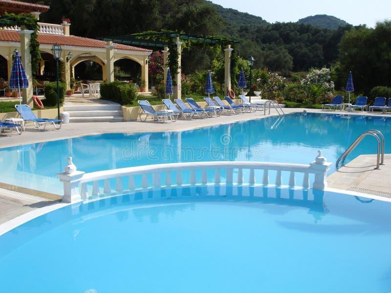 Swimmingpool und Hotel stockbild