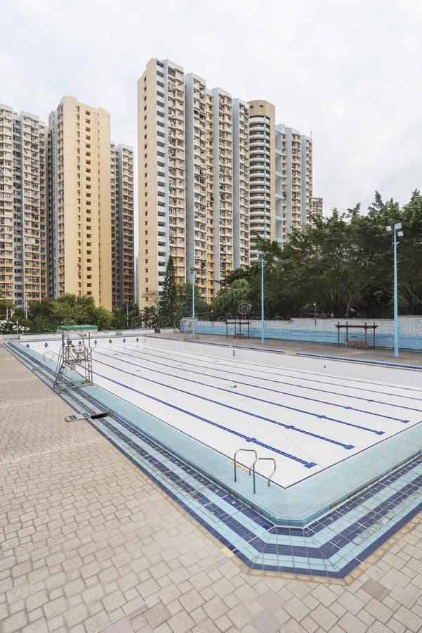 Swimmingpool und Wohngebäude des hohen Aufstieges lizenzfreie stockfotos