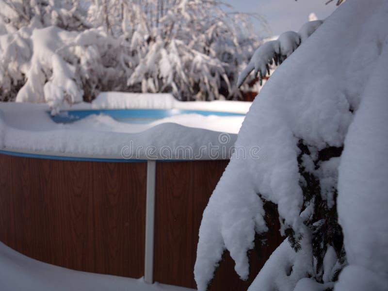 Swimmingpool unter Schnee lizenzfreies stockfoto