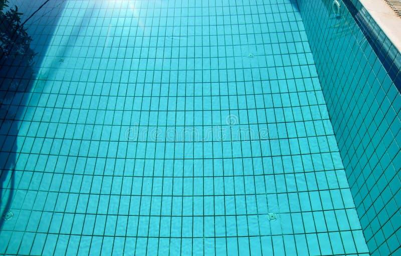 Swimmingpool-Unterseiten?tzmittel pl?tschern und flie?en mit Wellenhintergrund Oberfl?che des blauen Swimmingpools, Hintergrund d stockbilder