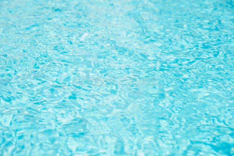 Swimmingpool-Wasserwelle mit Sonnenreflexionen lizenzfreie stockfotos