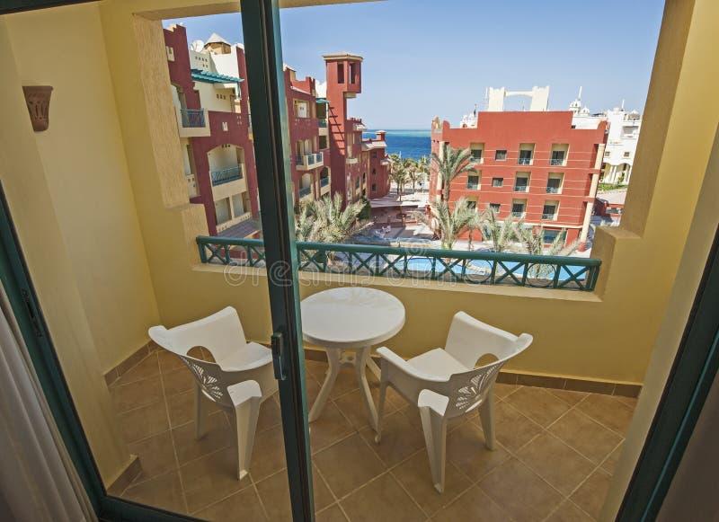 Swimmingpoolansicht vom Balkon im tropischen Hotelluxuserholungsort stockfotografie