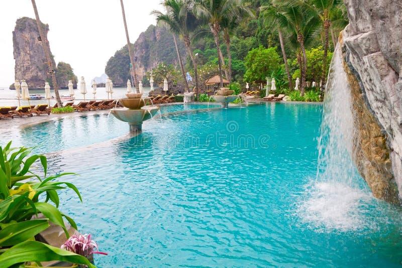 Swimmingpoolansicht von Thailand lizenzfreies stockbild