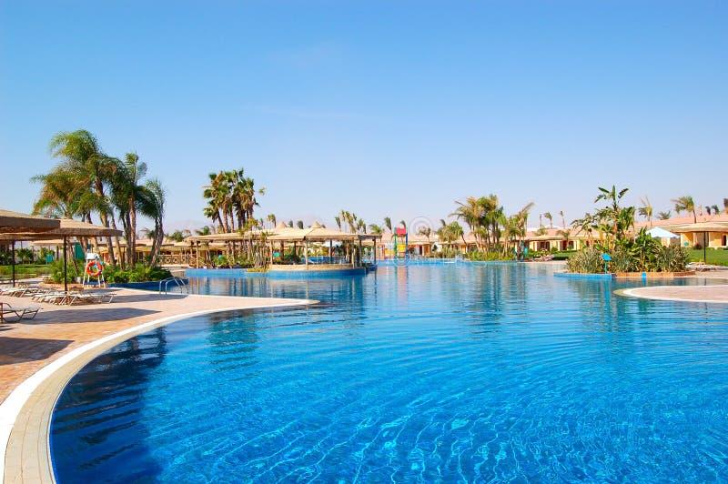 Swimmingpoolbereich an den VIP-Landhäusern lizenzfreie stockfotografie